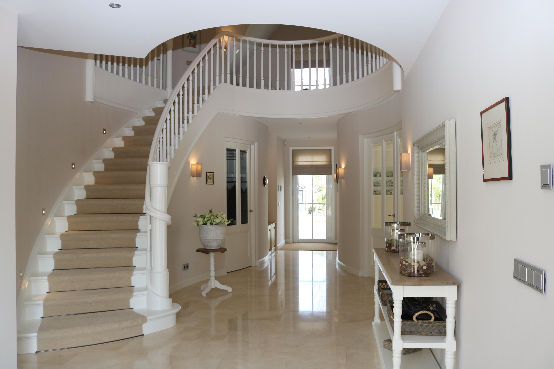 Witte dichte beuken wenteltrap met gedraaide spijlen allstairs trappen - Huis met trap ...